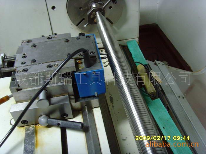 JCSO14-B型2米动态丝杠检查仪改造方案 一、技术改造方案 (一)长度和角度基准 1、用德国HEIDENHAIN公司或英国RENISHAW公司高精度长光栅传感器作长度基准,替代原机的单频激光传感器,克服了激光传感器易受环境条件如温度、压力、振动等变化影响及时间长信号容易变化造成的仪器不稳定和激光管寿命低等缺点,从根本上提高了仪器工作的稳定性;由于光栅技术的迅速发展,通过计算机对系统误差进行修正,使长度基准精度达到1米长度内±1.